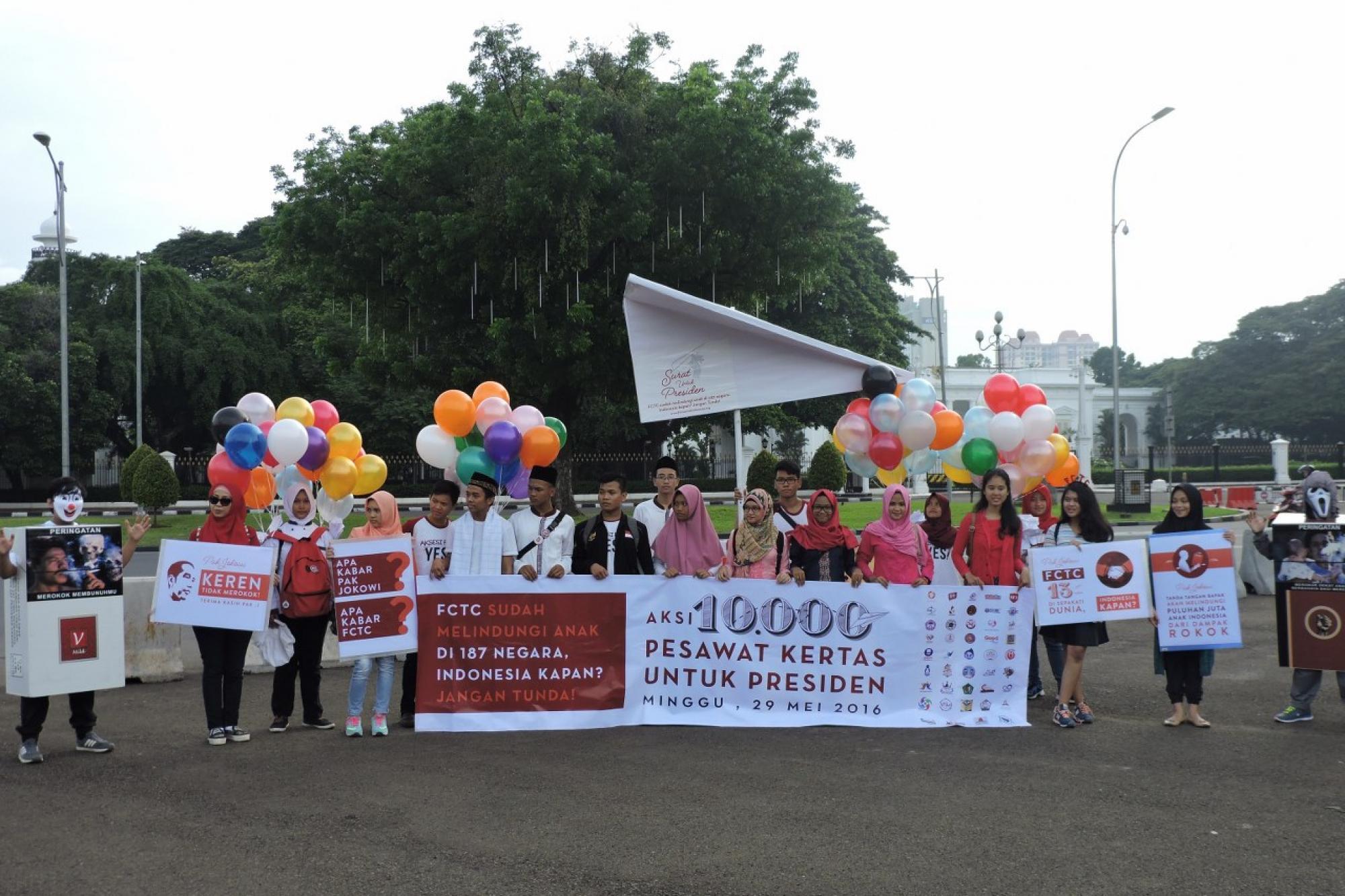 Aksi 10.000 Pesawat Kertas untuk Presiden