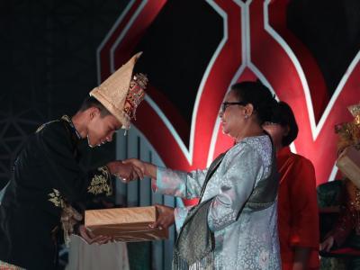 Menteri PPPA Berikan Anugrah Kabupaten/Kota Menuju Layak Anak (KLA) 2017